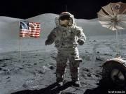 Луна пахнет порохом. Именно этот запах напомнила астронавтам «Аполлона 16» лунная пыль, которая на скафандрах, как они ни старались их очистить, попадала на космический корабль.