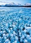Температура была ниже -30 по Цельсию, но из-за отсутствия снега поверхность озера была прозрачной , и можно было видеть замерзшие пузыри в толще льда.