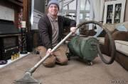 На фото - британец Гарри Кокс, счастливый обладатель пылесоса 1904 года выпуска, который спустя 108 лет всё также исправно работает в отличие от некоторых современных аналогов, выходящих из строя через год-два после покупки.
