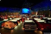 Кинозал, стилизованный под автокинотеатр