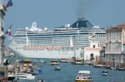 Круизный лайнер в Венеции, Италия.